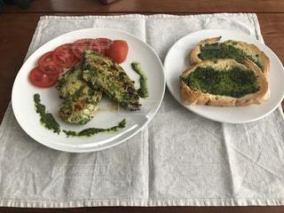 テーブルの上に食べ物のプレートの写真・画像素材[1250523]