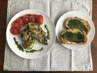 テーブルの上に食べ物のプレートの写真・画像素材[1250524]