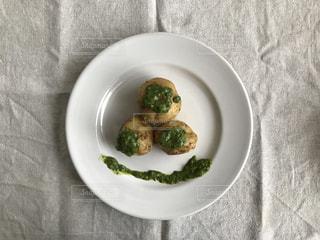 板の上に食べ物のボウルの写真・画像素材[1250551]