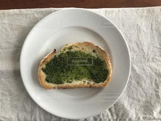 板の上に食べ物のボウルの写真・画像素材[1250752]