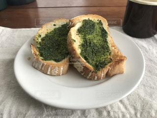 食品の板の上に座ってサンドイッチの写真・画像素材[1250753]