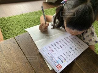 暑い夏、算数の宿題を頑張る小学生の写真・画像素材[4630459]