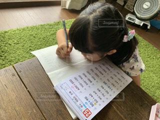 夏の宿題をする小学生の写真・画像素材[4630461]