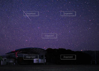 夜に見上げる空の景色の写真・画像素材[1038930]