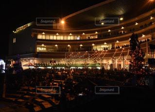夜のライトアップされた街の写真・画像素材[1038933]