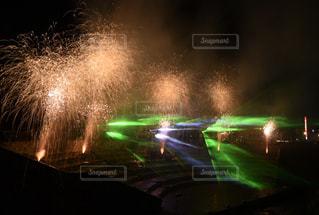 花火とレーザーの写真・画像素材[1038935]