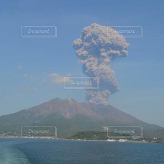 噴煙を上げる桜島の写真・画像素材[1070449]
