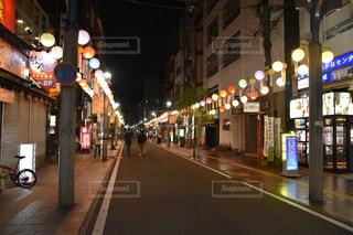 歩く人がいない飲み屋街の写真・画像素材[2431427]