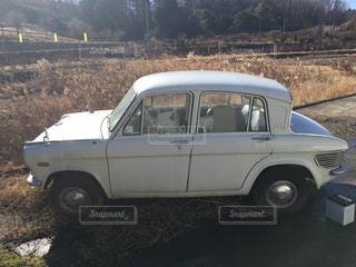 山の中腹に駐車しているレトロな小型車の写真・画像素材[1038934]