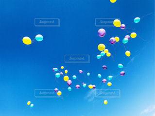 空に飛ぶ風船の写真・画像素材[1039477]
