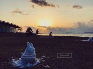 宍道湖の夕陽と雪だるま(うさぎ)の写真・画像素材[1041238]