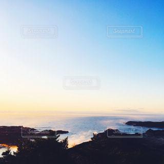 水の体に沈む夕日の写真・画像素材[1038983]