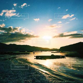 水の体に沈む夕日の写真・画像素材[1038985]