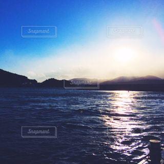 水の体に沈む夕日の写真・画像素材[1038986]