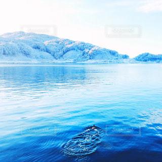 背景の山と水の大きな体の写真・画像素材[1039007]