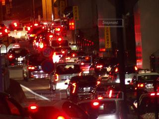 混雑した街の通りは夜のトラフィックでいっぱいの写真・画像素材[1090648]