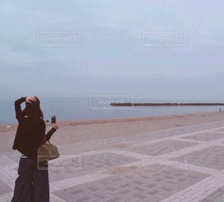 砂浜の上に立っている人の写真・画像素材[1650296]