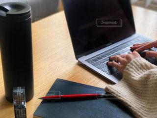 木製テーブルの上に座っているラップトップ コンピューターの写真・画像素材[1811169]