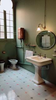 洗面台と鏡付きのバスルームの写真・画像素材[1041815]