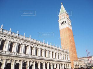 建物の前に大きな時計塔の写真・画像素材[1041839]