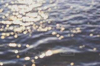 さざ波と夕陽の写真・画像素材[1039380]