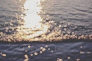 さざ波と夕陽の写真・画像素材[1039383]