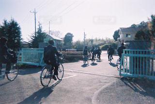 通りの下で自転車に乗る男 - No.1169658
