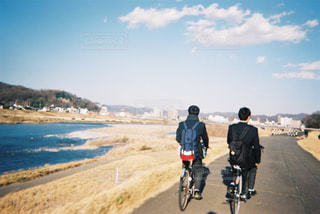 未舗装の道路を自転車に乗る男 - No.1169659