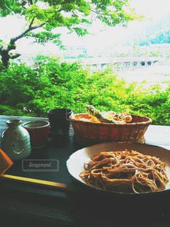 渡月橋を見ながらお蕎麦の写真・画像素材[1039587]