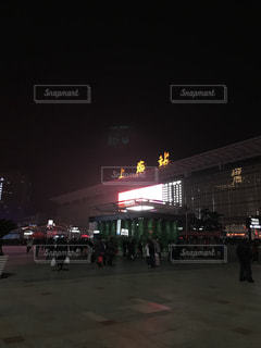 駐車場に立っている人のグループの写真・画像素材[1062479]