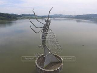 湖の水面にあるウスバカゲロウのオブジェの写真・画像素材[1051446]