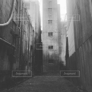 雑居ビル 空き地 モノクロの写真・画像素材[1039526]