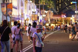 街の通りを歩いている人のグループの写真・画像素材[1092758]