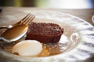 皿にチョコレート ケーキの写真・画像素材[1123580]