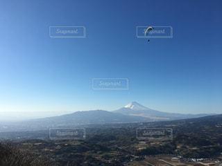 空高く凧の飛行人の写真・画像素材[1040297]
