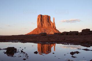 水の映るモニュメントバレーの写真・画像素材[1047769]