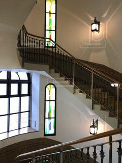 洋館の階段とステンドグラスの写真・画像素材[976605]
