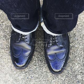 青と黒の靴を履いて足のペア - No.1040129