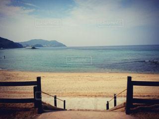 水の体の前にあるベンチの写真・画像素材[1040136]