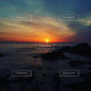 真っ赤な朝焼けの写真・画像素材[1040211]