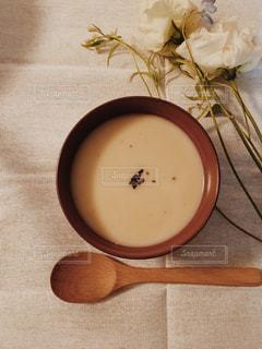 木製のテーブルの上のスープの写真・画像素材[1041341]