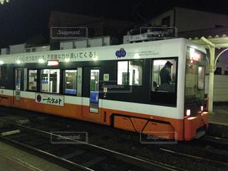 電車の駅で座っている人の写真・画像素材[1042182]