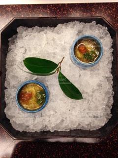 テーブルの上に食べ物のボウルの写真・画像素材[1042191]