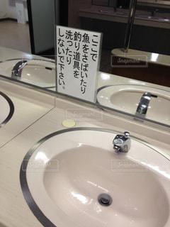 洗面台と鏡付きのバスルームの写真・画像素材[1042193]