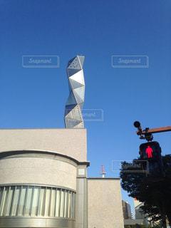 建物の側面を離れて掛かるトラフィック ライトの写真・画像素材[1042210]