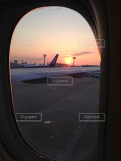 飛行機の窓からの眺めの写真・画像素材[1042219]