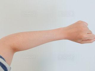 腕のムダ毛の写真・画像素材[1126001]