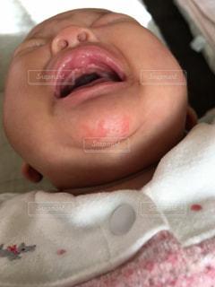 近くに赤ちゃんのアップの写真・画像素材[1126056]