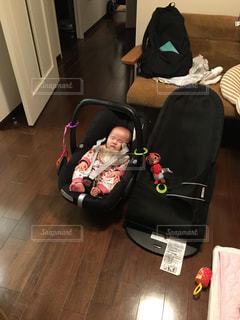 マキシコシで眠る赤ちゃんの写真・画像素材[1126062]