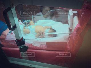 光線治療を受ける赤ちゃんの写真・画像素材[1153215]